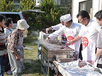 IMG:東日本大震災における米国食肉輸出連合会の現地支援活動中間報告  未曾有の大震災に対し、アメリカから届いた食のサポート  シェフによる炊き出しイベント<