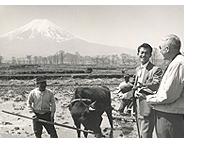 富士山をバックに微笑む日米の関係者