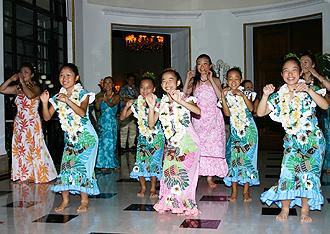 IMG:駐日大使公邸がハワイになった夜! 日本へのレインボーパパイヤ輸入解禁を祝うため  なんと大使公邸でアロハシャツのパーティーが開催されました!<