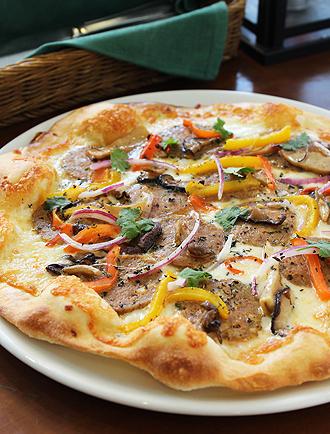 IMG:プロシェフが作る美味しくて楽しい感謝祭ターキー/自家製アジアンターキーソーセージピザ