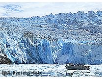 遊覧船の背後に巨大氷河