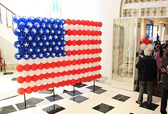 IMG:駐日アメリカ大使公邸主宰・アメリカ独立記念日TOMODACHIパーティ/バルーン星条旗