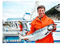 鮭を抱える漁師(イメージ)