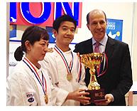 優勝者者/米澤文雄・倉本磨里子チームとジョン V ルース駐日米国大使