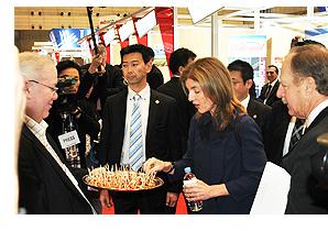視察するキャロライン・ケネディ駐日米国大使