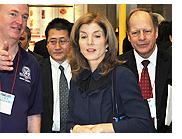 解説をうけるキャロライン・ケネディ駐日米国大使