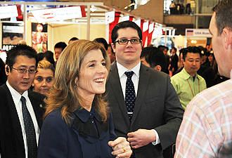 IMG:視察するキャロライン・ケネディ駐日米国大使