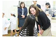 児童に声をかけるドロシー・マコーリフ知事夫人