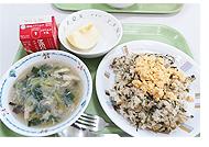 給食メニューは高菜チャーハンと春雨スープとりんご