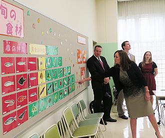 IMG: ヴァージニア州知事夫人が東京港区の小学校訪問