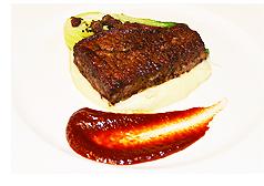 カリフォルニアフィグと海藻パウダーの衣がけアメリカンビーフステーキ、アジアンフィグステーキソース添え