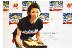 特製バースデーケーキで笑顔の伊秋元才加さん