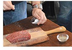 デモンストレーション:脂の少ない牛のブリスケットが選ばれました。この塊肉に塩コショウを1:1の割合で擦りこんでいきます