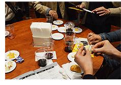 チーズフェスタ2015(会場での試食風景)