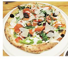 アラスカ産スモークサーモンのサラダビスマルクピザ