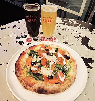 IMG: ビールと合うアラスカシーフド新メニュー/(アラスカ産スモークサーモンのサラダビスマルクピザとビール)